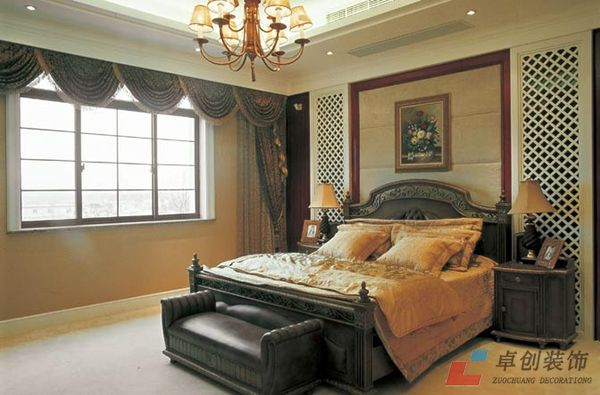风格的深棕色木质床,雕刻着草叶纹等古典花纹